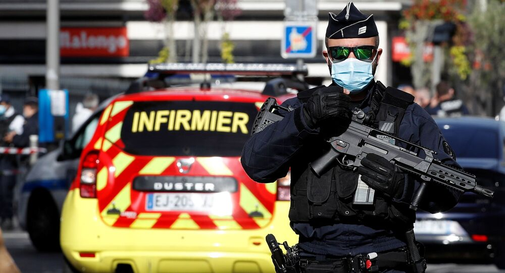 Funkcjonariusz policji w miejscu napadu na parafian w kościele Notre Dame w Nicei