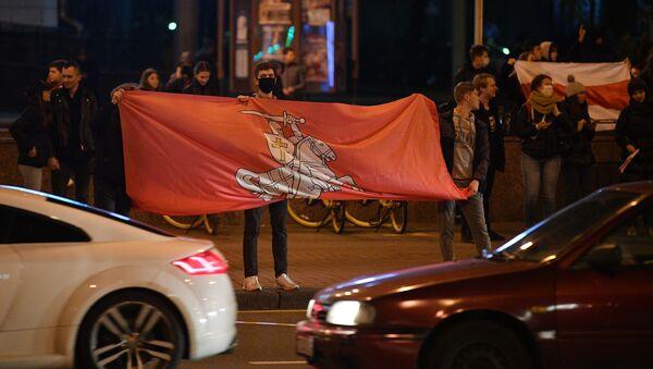 Uczestnicy nielegalnego wiecu protestacyjnego białoruskiej opozycji przy Alei Niepodległości w Mińsku - Sputnik Polska