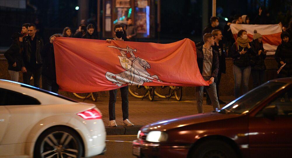 Uczestnicy nielegalnego wiecu protestacyjnego białoruskiej opozycji przy Alei Niepodległości w Mińsku
