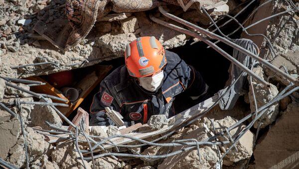 Turecki ratownik w poszukiwaniu ofiar trzęsienia ziemi - Sputnik Polska