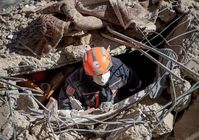 Turecki ratownik w poszukiwaniu ofiar trzęsienia ziemi