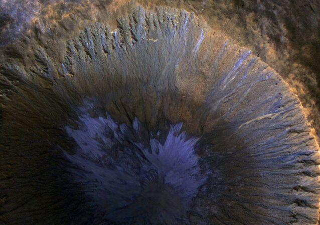 Ślady wody w kraterze na Marsie.