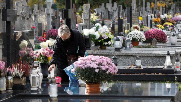 Dzień Wszystkich Świętych na cmentarzu w Warszawie - Sputnik Polska