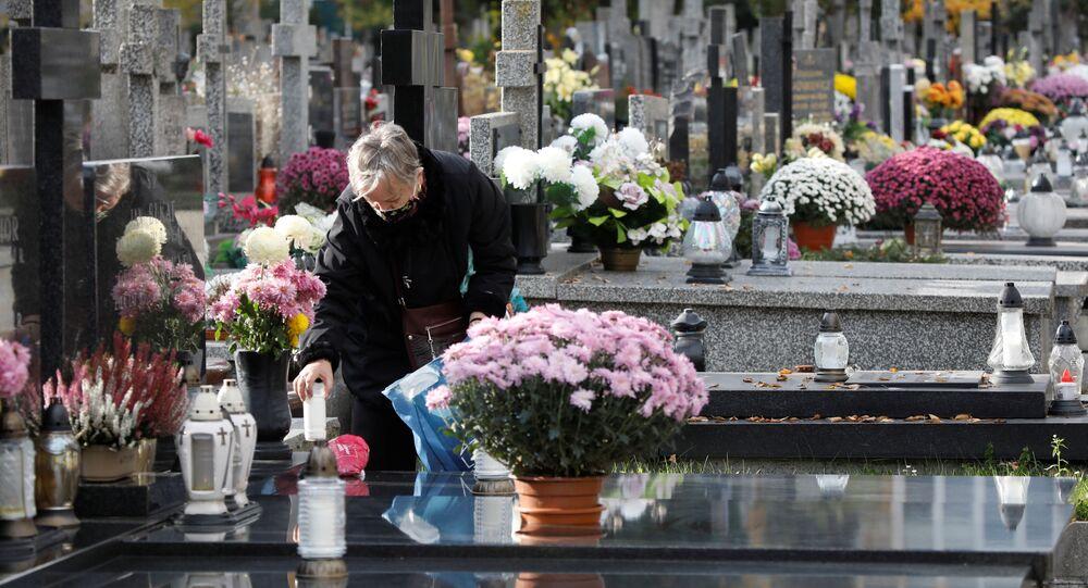 Dzień Wszystkich Świętych na cmentarzu w Warszawie