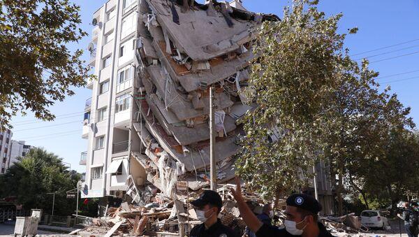 Zniszczony budynek w Izmirze - Sputnik Polska