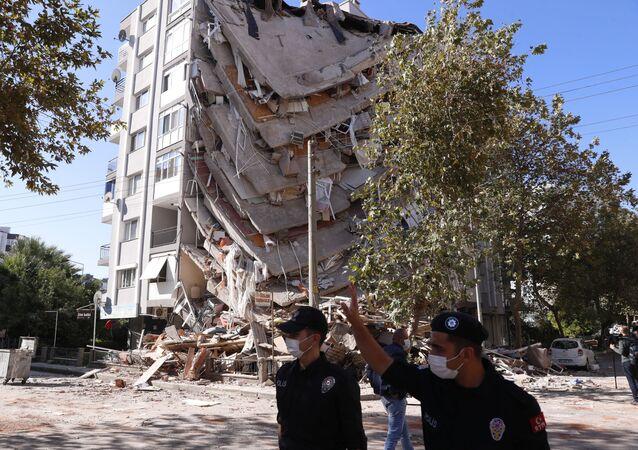 Zniszczony budynek w Izmirze