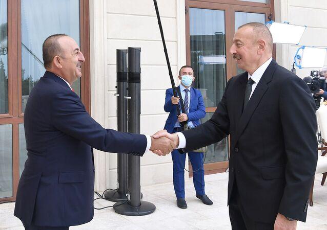 Prezydent Azerbejdżanu Ilham Alijew i minister spraw zagranicznych Turcji Mevlüt Çavuşoğlu.