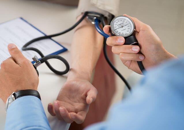 Lekarz mierzy ciśnienie pacjenta