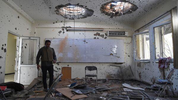 Uszkodzona sala lekcyjna dzień po ataku na uniwersytet w Kabulu w Afganistanie - Sputnik Polska