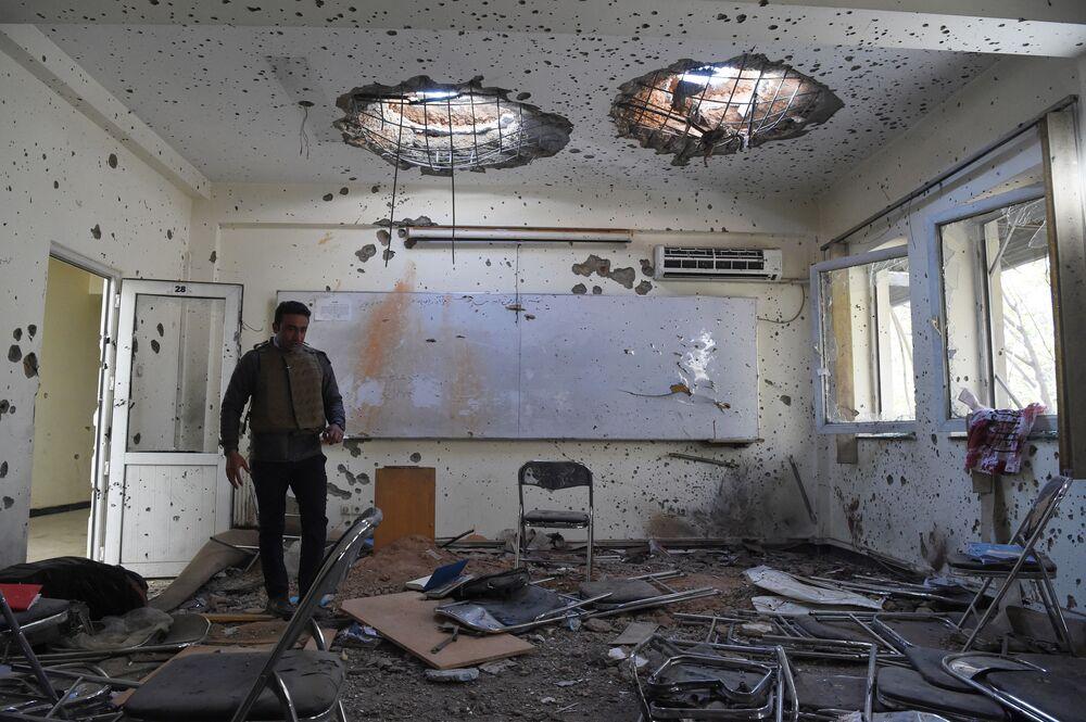 Uszkodzona sala lekcyjna dzień po ataku na uniwersytet w Kabulu w Afganistanie