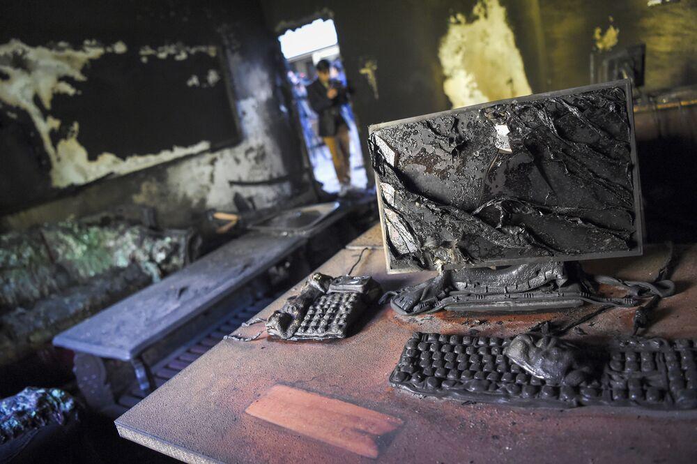 Wypalona klasa dzień po ataku na uniwersytet w Kabulu w Afganistanie