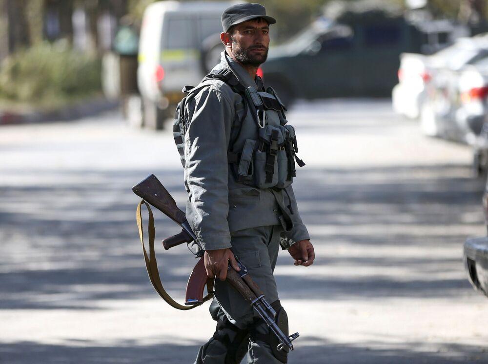 Funkcjonariusz policji w miejscu ataku na uniwersytet w Kabulu w Afganistanie