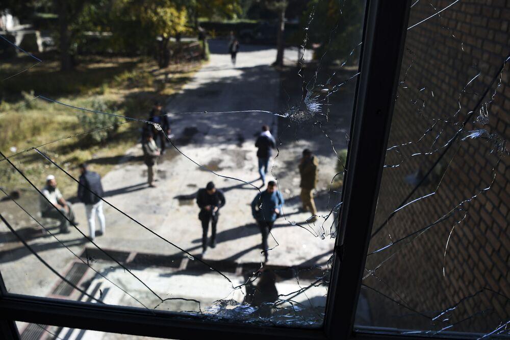 Rozbite okna w klasie dzień po ataku na uniwersytet w Kabulu w Afganistanie