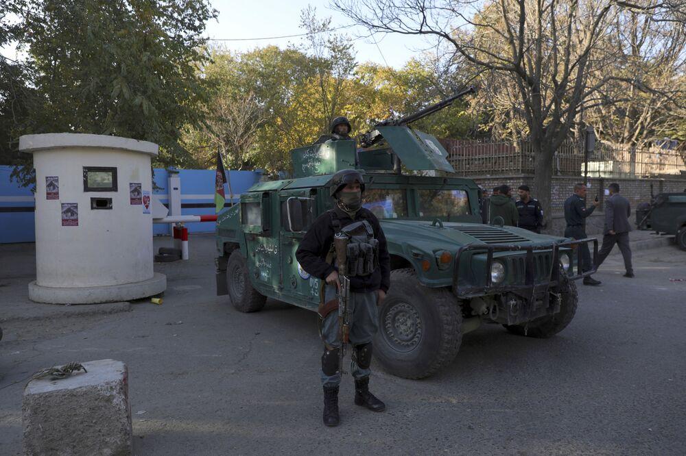 Policja u bram uniwersytetu w Kabulu, który został zaatakowany