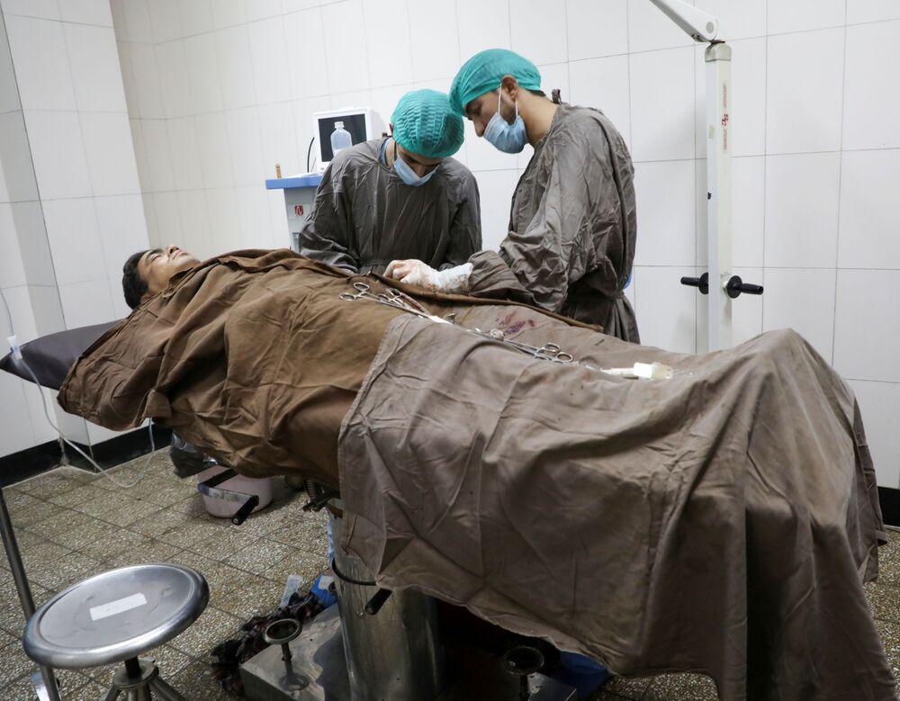 Ranny mężczyzna w szpitalu po ataku na uniwersytet w Kabulu w Afganistanie