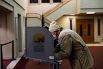 Głosowanie w wyborach prezydenckich w USA w 2020 r. w Lagrave Christian Reformed Church w Grand Rapids, Michigan, USA.