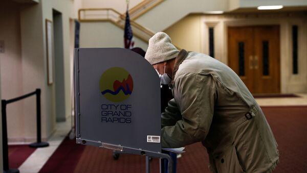 Głosowanie w wyborach prezydenckich w USA w 2020 r. w Lagrave Christian Reformed Church w Grand Rapids, Michigan, USA. - Sputnik Polska