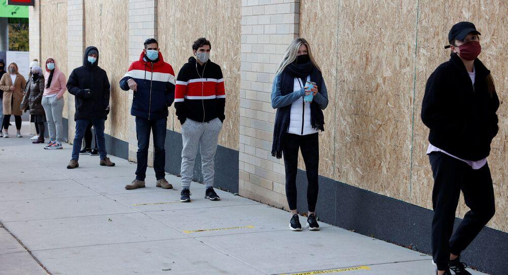 Wyborcy w kolejce na dystans społeczny w dniu wyborów w Filadelfii, Pensylwania, USA.
