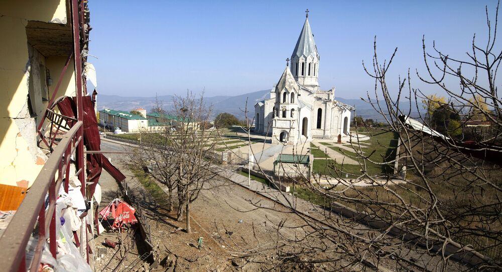 Widok z balkonu domu, zniszczonego w wyniku ostrzału, na katedrę Chrystusa Zbawiciela w Szuszi