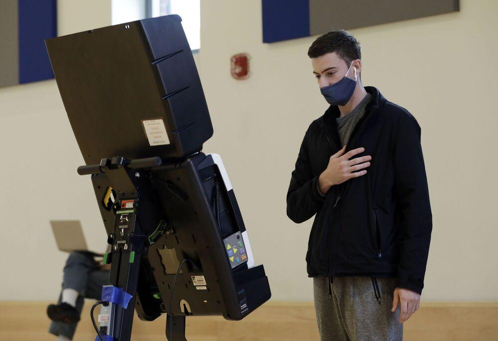 Wyborca podczas głosowania w wyborach prezydenckich w USA w lokalu wyborczym w Waszyngtonie