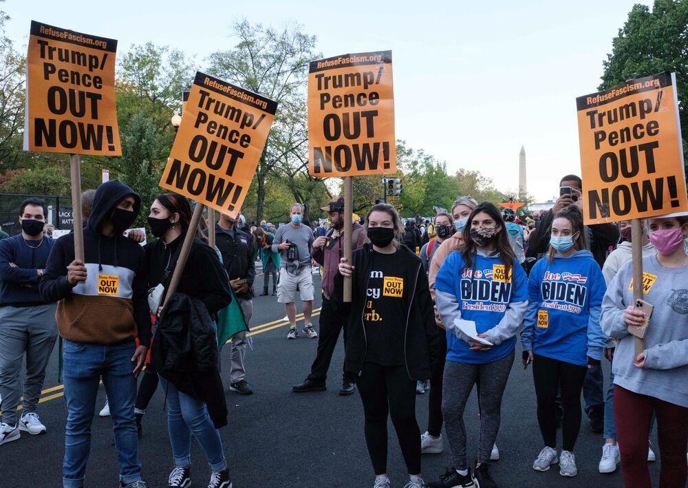 Zwolennicy Bidena przed Białym Domem w Waszyngtonie w dniu wyborów prezydenckich w USA