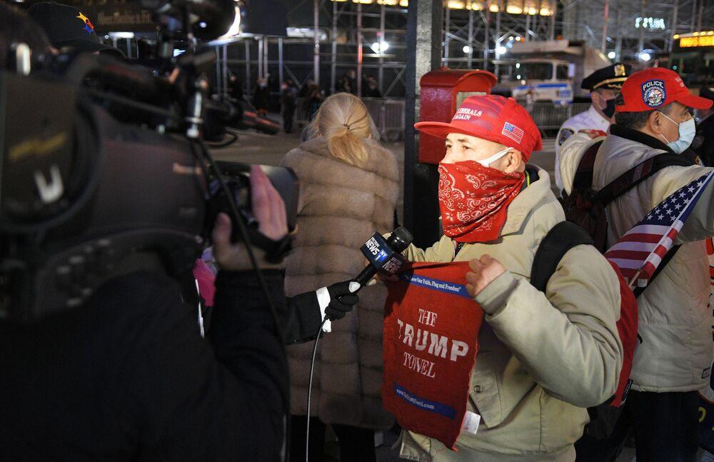 Zwolennik Donalda Trumpa rozmawia z reporterami w Nowym Jorku w dniu wyborów prezydenckich w USA
