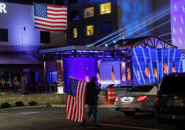Zwolennik Bidena trzymający flagę w dniu wyborów prezydenckich w Delaware w USA