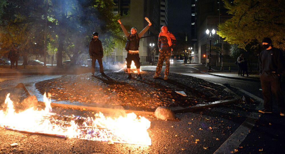 Protestujący palą amerykańską flagę przed budynkiem sądu w Portland w stanie Oregon w USA