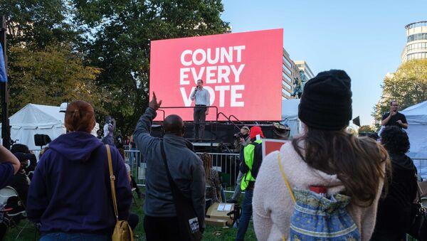 Publiczne wystąpienia w oczekiwaniu na wynik liczenia głosów w wyborach prezydenta USA w Waszyngtonie - Sputnik Polska