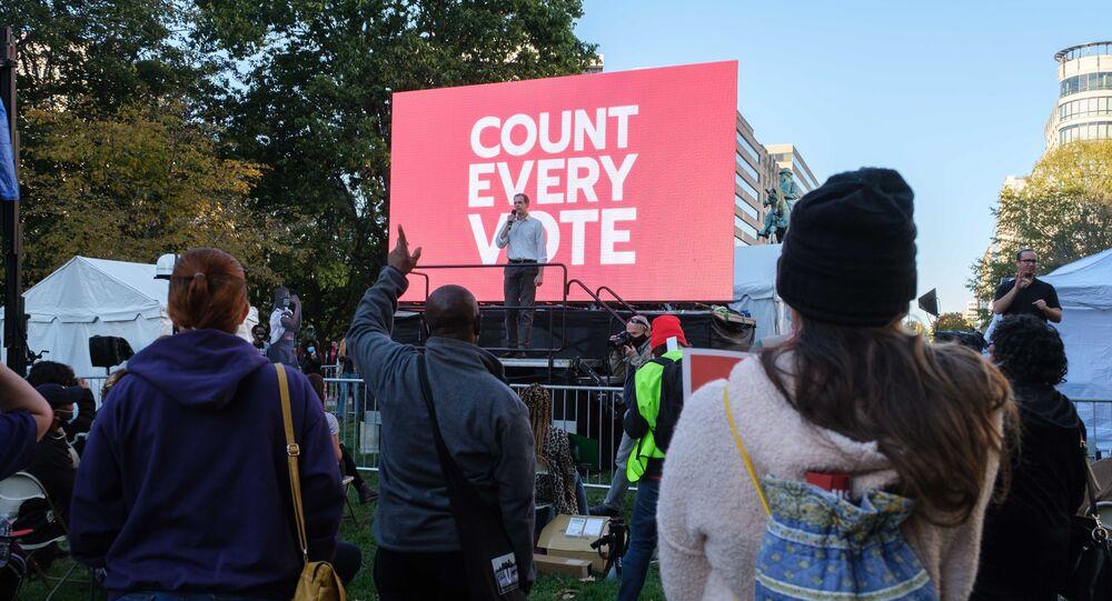 Publiczne wystąpienia w oczekiwaniu na wynik liczenia głosów w wyborach prezydenta USA w Waszyngtonie