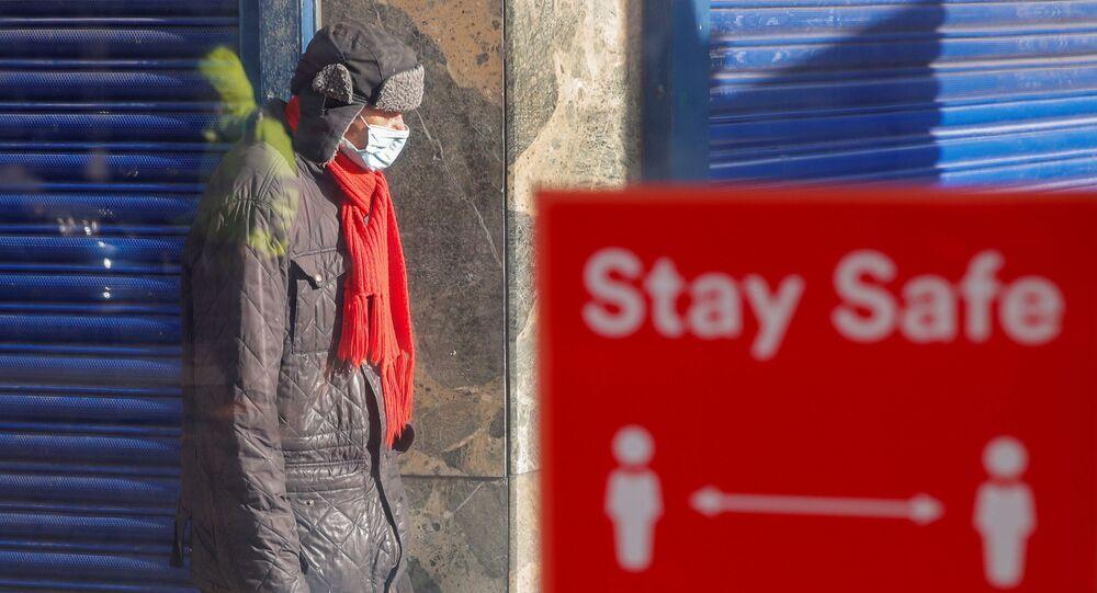 Mężczyzna w masce, Coventry, Wielka Brytania