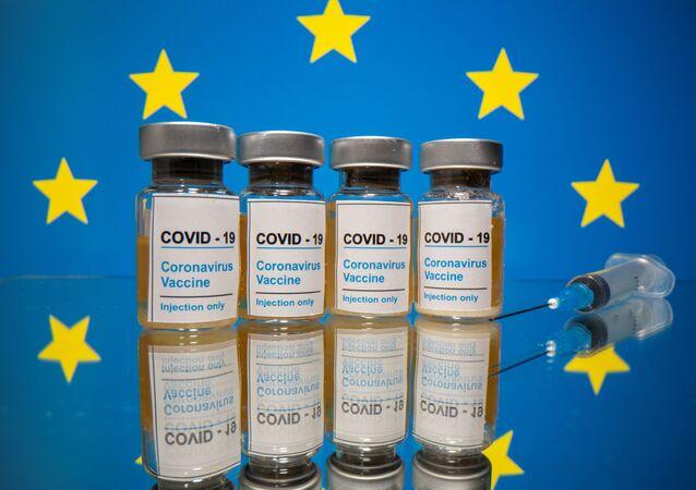 "Buteleczki z napisem ""Szczepionka na COVID-19"" na tle flagi UE"