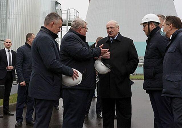 Prezydent Białorusi Aleksandr Łukaszenka podczas wizyty w Białoruskiej Elektrowni Jądrowej w Ostrowcu.