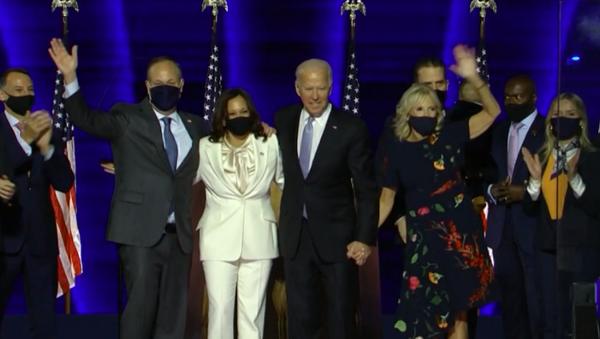 Biden i Harris wraz z rodzinami witają zwolenników po ogłoszeniu zwycięstwa w wyborach prezydenckich - Sputnik Polska