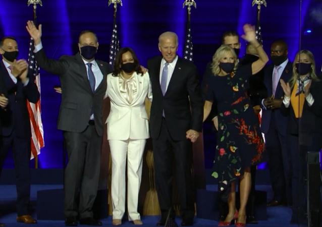 Biden i Harris wraz z rodzinami witają zwolenników po ogłoszeniu zwycięstwa w wyborach prezydenckich