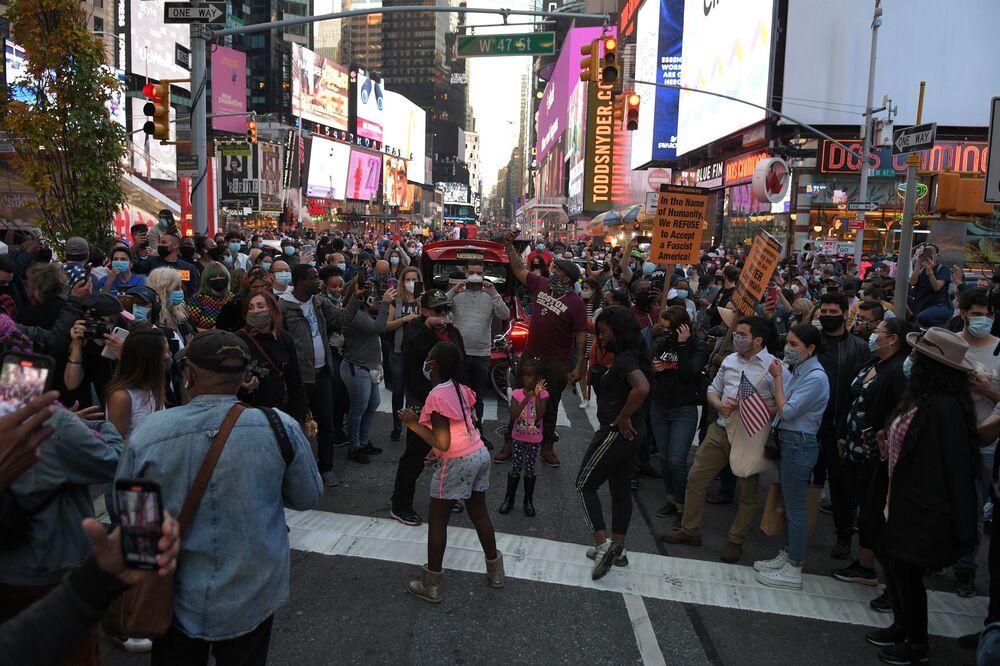 Ludzie na Times Square w Nowym Jorku po wiadomościach o zwycięstwie Joe Bidena w wyborach prezydenckich w USA