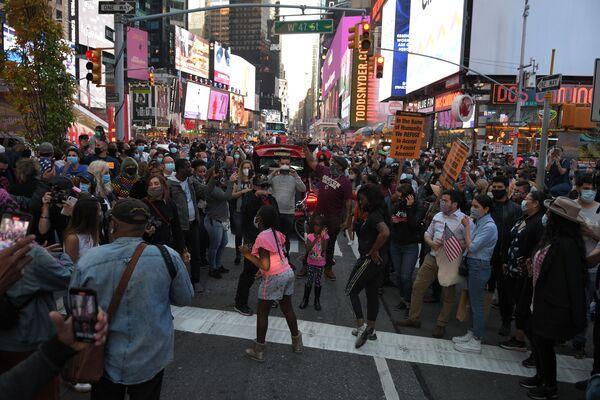 Ludzie na Times Square w Nowym Jorku po wiadomościach o zwycięstwie Joe Bidena w wyborach prezydenckich w USA - Sputnik Polska