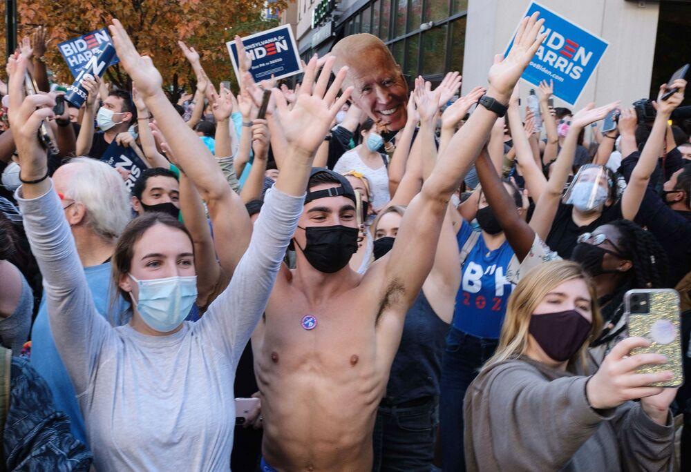 Ludzie na ulicach Filadelfii po ogłoszeniu zwycięstwa w wyborach na prezydenta Stanów Zjednoczonych Joe Bidena