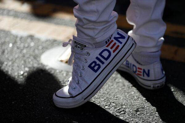 Zwolennik Joe Bidena w San Francisco w wyborach prezydenckich w USA - Sputnik Polska