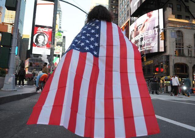 Ludzie na ulicy w Nowym Jorku po wiadomościach o zwycięstwie Joe Bidena w wyborach prezydenckich