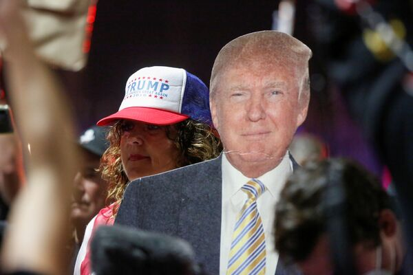 Zwolennik prezydenta USA Donalda Trumpa niesie kartonową wycinankę Trumpa podczas protestu w sprawie wczesnych wyników wyborów prezydenckich w USA w 2020 r. - Sputnik Polska