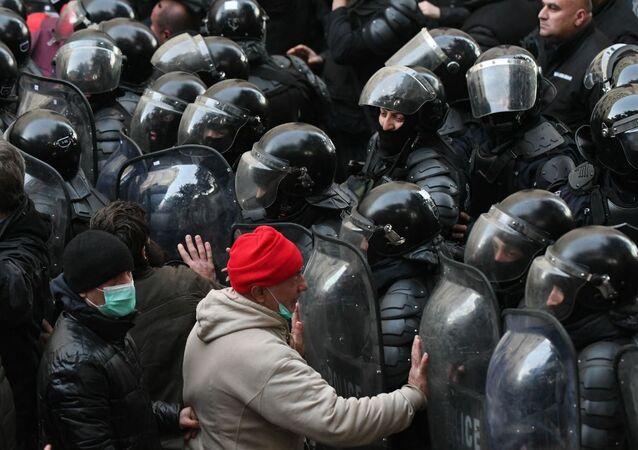 Funkcjonariusze gruzińskich sił specjalnych rozpędzają akcję opozycjonistów przed budynkiem parlamentu Gruzji.