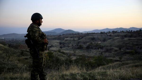 Azerbejdżański żołnierz bada miasto Jebrail, gdzie siły Azerbejdżanu odzyskały kontrolę podczas walk o oderwany region Górskiego Karabachu w Azerbejdżanie 16 października 2020 r - Sputnik Polska