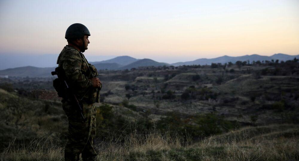 Azerbejdżański żołnierz bada miasto Jebrail, gdzie siły Azerbejdżanu odzyskały kontrolę podczas walk o oderwany region Górskiego Karabachu w Azerbejdżanie 16 października 2020 r.