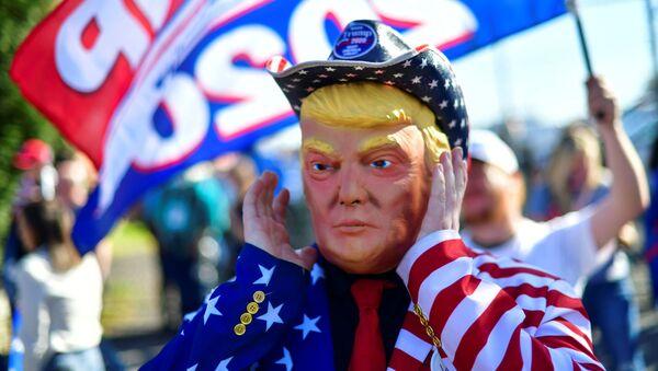 Mężczyzna w masce Donalda Trumpa w Filadelfii - Sputnik Polska