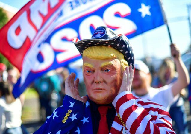 Mężczyzna w masce Donalda Trumpa w Filadelfii