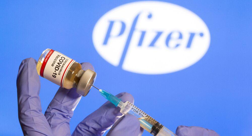 Buteleczka ze szczepionką na koronawirusa na tle logo Pfizer