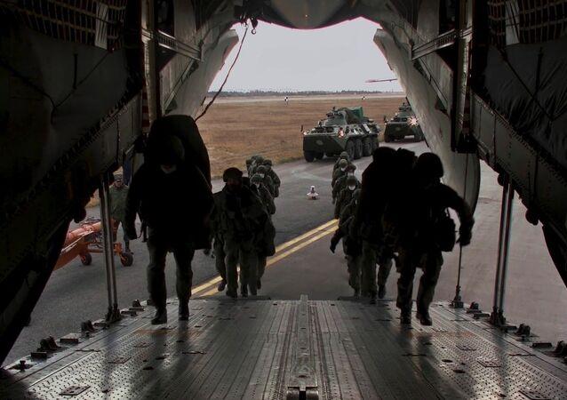 Żołnierze rosyjskich sił pokojowych polecieli do strefy konfliktu w Górskim Karabachu