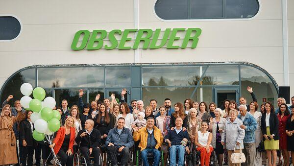 """Zespoł fabryki """"Observer"""" produkującej elektryczne wózki inwalidzkie w obwodzie kaliningradzkim i członkowie rodziny pracowników - Sputnik Polska"""