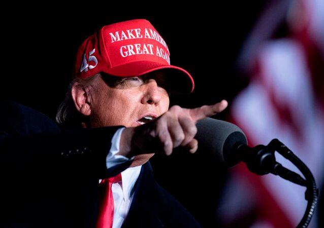 """Prezydent USA Donald Trump w czapce z napisem """"Make America Great Again."""